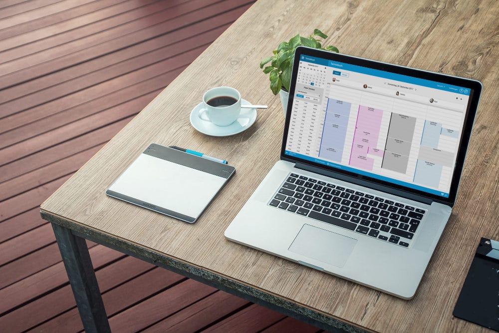 Das Bild zeigt einen Laptop, auf dem der studiolution-Kalender geöffnet ist.